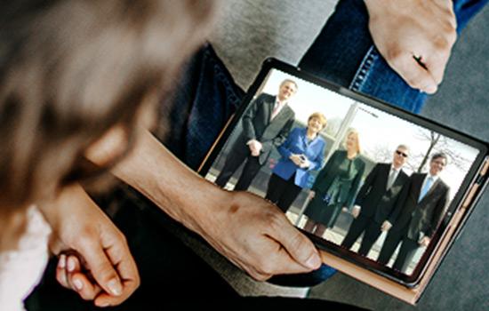 Tablet mit Foto vom Besuch von Angela Merkel - im Rahmen der Vorstellungs der Switch-Ausbildung.