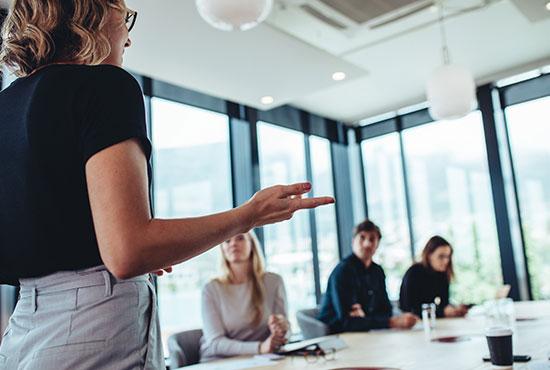 Frau hält Präsentation zum Thema Enterprise Service Management ©Jacob Lund   AdobeStock 373506925
