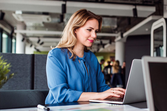 Frau am Laptop nutzt ServiceNow CSM | ©Halfpoint | AdobeStock 286138151
