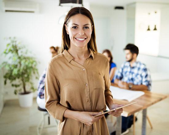 Frau mit Tablet nutzt HR Services im ServiceNow-Umfeld | ©NDABCRE | AdobeStock 216099791