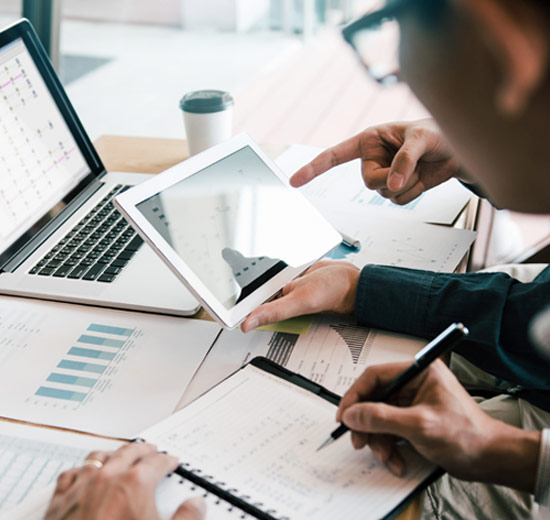 Besprechung über Kostenreduktionen durch effektives IT Asset Management mit ServiceNow | ©wutzkoh | Adobe Stock 279634992