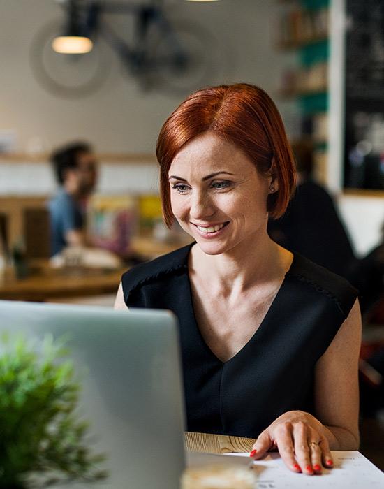 Frau am Laptop wird durch ITOM von ServiceNow bei Routineaufgaben entlastet ©Halfpoint | AdobeStock 294435882