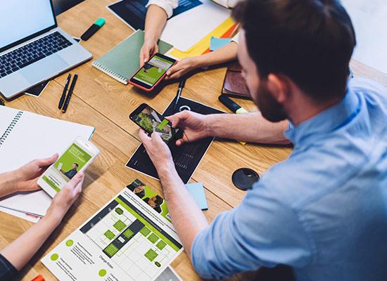 Diskussion über agineo-Unterlagen auf Meeting-TIsch ©BullRun | AdobeStock 374951164