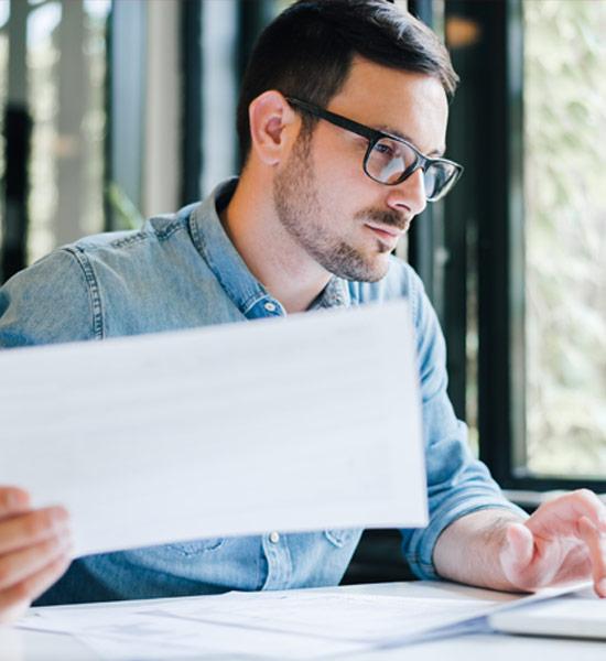 Mitarbeiter am Arbeitsplatz beschäftigt sich mit Risiko-Management | ©Moon Safari | Adobe Stock 283781068