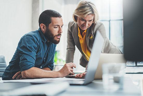 Mitarbeiter besprechen ITSM-Projekt am Laptop ©SFIO CRACHO | AdobeStock 278370910