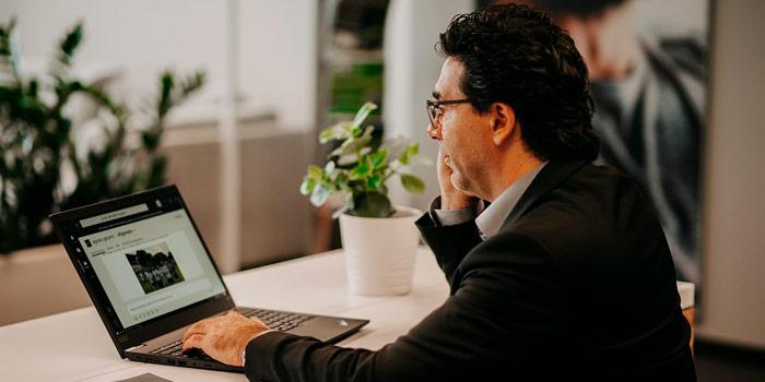 ServiceNow-Experte von agineo am Laptop ©agineo