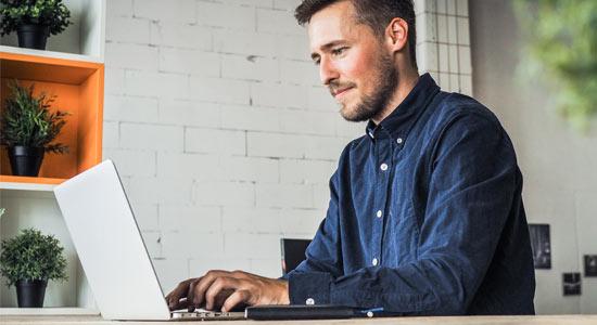 Mitarbeiter am Laptop analysiert Geschäftsabläufe