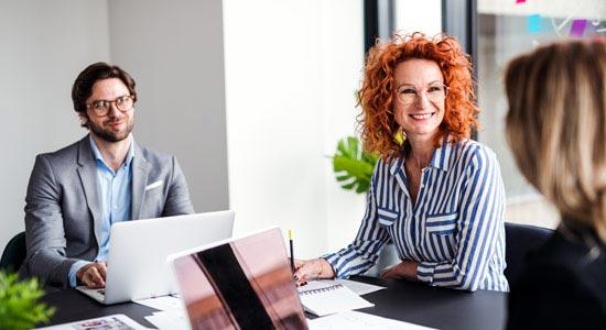 Meeting mit Mitarbeitern zur ITIL-konformen CMDB ©Halfpoint | AdobeStock 275406712
