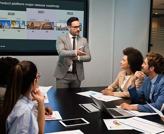 Meeting zur Release Road Map von ServiceNow ©NDABCREATIVITY | AdobeStock 379302924 | agineo
