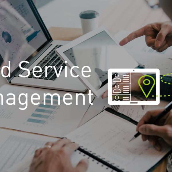 Field Service Management in weißen Buchstaben auf einem verdunkelten Hintergrundbild